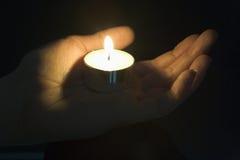 Nahaufnahme der Kerze in der Palme einer Personen-Hand Lizenzfreie Stockfotos