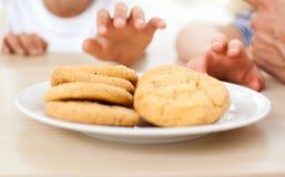 Nahaufnahme der Kinder, die Biskuite nehmen stockbild