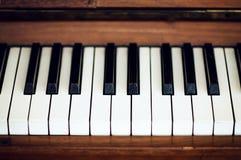 Nahaufnahme der Klaviertasten nahe Frontansicht Stockfotos