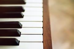Nahaufnahme der Klaviertasten nahe Frontansicht Stockbild