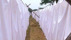 Nahaufnahme der Kleidung, die von einer selbst gemachten waschenden Linie hängt stock video
