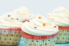 Nahaufnahme der kleinen Kuchen mit weißem Vanillepudding stockbilder