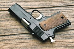 Nahaufnahme der kleinen schwarzen Gewehrvertragspistole lizenzfreie stockbilder