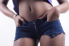 Nahaufnahme der kurzen Jeanshose Stockbild
