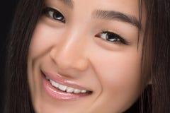 Nahaufnahme der lächelnden Asiatin im Studio Lizenzfreies Stockbild