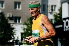Nahaufnahme der Läuferuhr des alten Mannes auf seinem Arm Lizenzfreie Stockfotos