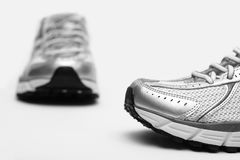 Nahaufnahme der laufenden Schuhe stockfotos