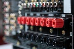 Nahaufnahme der Lautsprecherterminals auf Handelsempfänger Stockfoto
