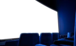 Nahaufnahme der leeren Kinoleinwand mit blauen Sitzen 3d übertragen Lizenzfreies Stockfoto