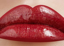 Nahaufnahme der Lippen der Frau mit Moderotmake-up Schöner weiblicher Mund, volle Lippen mit perfektem Make-up Lizenzfreie Stockfotos