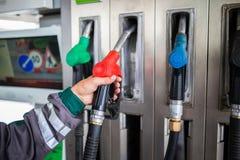 Nahaufnahme der männlichen Hand Gaspumpe halten Lizenzfreies Stockfoto