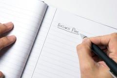 Nahaufnahme der männlichen Handschrift hinunter Unternehmensplan stockbilder