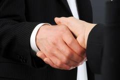Nahaufnahme der männlichen und weiblichen Leitprogramme, die Hände auf Abkommen rütteln lizenzfreies stockfoto