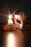 Nahaufnahme der Maske mit Kerzenflamme Stockbild