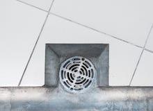 Nahaufnahme der Metallabdeckung für die Entwässerung Stockbild