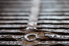 Nahaufnahme der Metallabfluss-Gitteroberfläche Stockbild