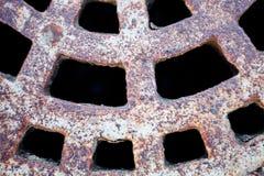Nahaufnahme der Metallkanaldeckeloberfläche Lizenzfreie Stockbilder