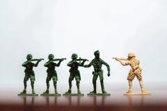 Nahaufnahme der Miniatur ein Gruppe Plastikspielwarensoldaten im Krieg Lizenzfreies Stockbild