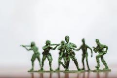 Nahaufnahme der Miniatur ein Gruppe Plastikspielwarensoldaten im Krieg Lizenzfreies Stockfoto