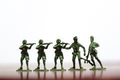 Nahaufnahme der Miniatur ein Gruppe Plastikspielwarensoldaten im Krieg Stockfoto