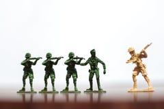Nahaufnahme der Miniatur ein Gruppe Plastikspielwarensoldaten im Krieg Lizenzfreie Stockbilder