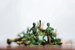Nahaufnahme der Miniatur ein Gruppe Plastikspielwarensoldaten im Krieg Stockfotos