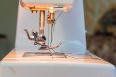 Nahaufnahme der modernen Nähmaschine stockbild