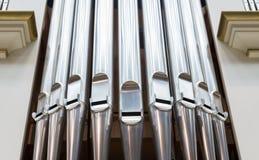 Nahaufnahme der modernen Stahlorgelpfeife Stockbilder