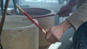 Nahaufnahme, der Musiker Knocks Wooden Chopsticks auf keramischen Töpfen in der Tonwaren-Werkstatt stock video footage