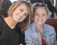 Nahaufnahme der Mutter mit jugendlicher Tochter Lizenzfreies Stockbild