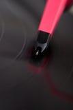 Nahaufnahme der Nadel eine spinnende Vinylaufzeichnung verkratzend Stockbilder
