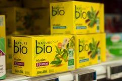 Nahaufnahme der natürlichen Infusion im gelben Kasten bei Cora Supermarket stockbild