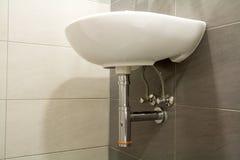 Nahaufnahme der neuen modernen keramischen sauberen leeren weißen Waschbeckenwanne Stockbild