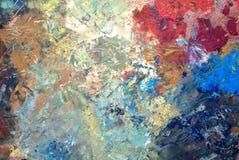 Nahaufnahme der Palette eines Künstlers befleckt mit Farben der unterschiedlichen Farbe lizenzfreie stockbilder