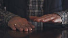 Nahaufnahme der Palme eines Mannes, der die Tabelle wie eine Trommel zum Rhythmus von Musik fegt stock video