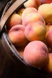 Nahaufnahme der Pfirsiche in einem Korb Stockbild
