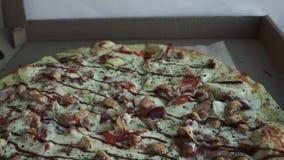 Nahaufnahme der Pizza, in einer Pappschachtel ?ber der Tabelle Pizzalieferung, Men? Schnellimbi?, krustiger Teig stock video