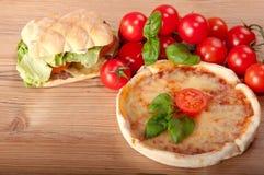 Nahaufnahme der Pizza mit Hamburger   Lizenzfreies Stockfoto