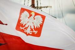Nahaufnahme der polnischen Staatsflagge mit Emblem Lizenzfreie Stockfotos