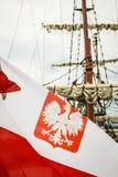 Nahaufnahme der polnischen Staatsflagge mit Emblem Lizenzfreies Stockbild