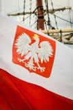 Nahaufnahme der polnischen Staatsflagge mit Emblem Stockfotos