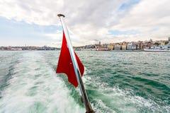 Nahaufnahme der roten Fahne im strengen Boot Bosphorus, Istanbul Stockfotos