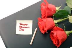 Nahaufnahme der roten Rosen auf einem Laptop Glücklicher Frauentag Lizenzfreies Stockfoto