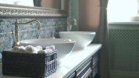 Nahaufnahme der runden weißen Wanne im modernen Badezimmer 4k stock footage