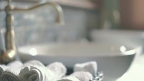 Nahaufnahme der runden weißen Wanne im modernen Badezimmer 4k stock video footage