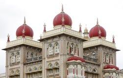 Nahaufnahme der südlichen Kontrolltürme u. schöne Hauben von Mysore-Palast Lizenzfreie Stockbilder
