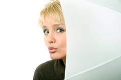 Nahaufnahme der schönen blonden Frau mit Regenschirm I Stockbild