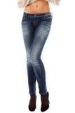 Nahaufnahme der schönen Fahrwerkbeine in den Jeans auf hohen schwarzen Fersen Stockfotos