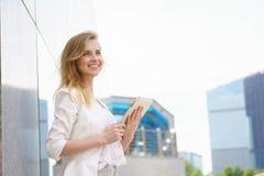 Nahaufnahme der schönen Geschäftsfrau mit Tablette Stockfoto