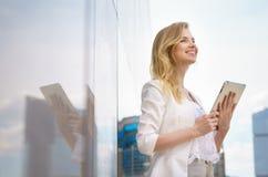 Nahaufnahme der schönen Geschäftsfrau mit Tablette Lizenzfreies Stockfoto